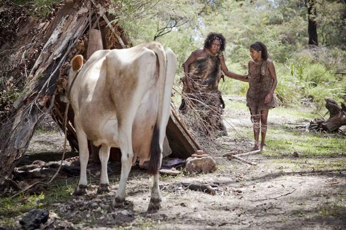 Nana and Waruwi with the cow | The encounter [Episode 23 | 1788 : Waruwi]