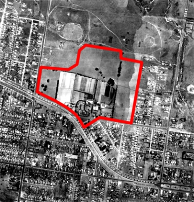 An aerial view of Malvern East taken in 1945; the red line shows the location of the Chadstone Shopping Centre.