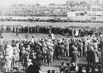 Phar Lap winning the Melbourne Cup from Second Wind and Shadow King on 5 November 1930